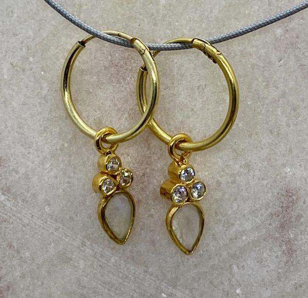 Øreringe med dråbeformet månesten og zirkoner