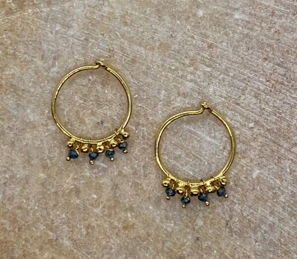Hoops i 18 kt guld med blå diamanter