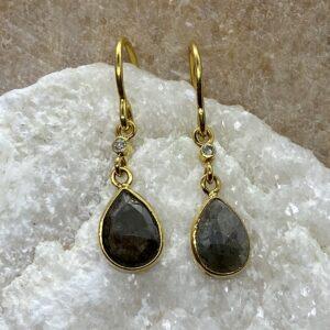 Øreringe i 18 kt guld med lille rund diamant og grå dråbeformet diamant
