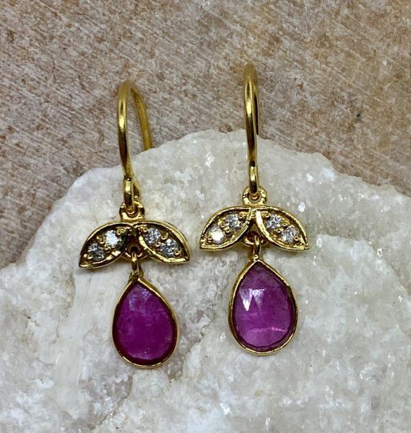 Guldøreringe med rubindråber og diamantvinger