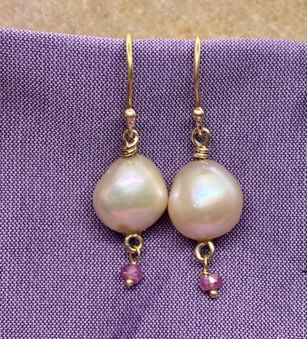 Ørering 18 kt guld med keshi perle og pink safir