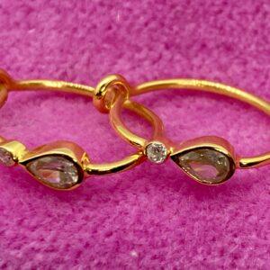 Øreringe i 18 kt guld med diamanter 1 dråbeformet og en lille rund