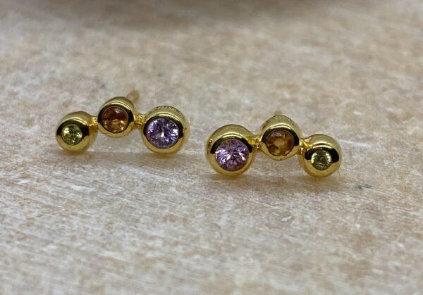 Ørestikker i 18 kt guld med halvmåne med 3 safirer, lilla, orange, gul