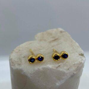 Ørestikker i 18 kt guld med blå safirer