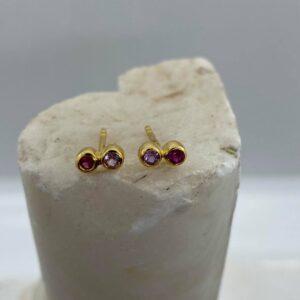 Ørestikker i 18 kt guld med pink og lilla safir