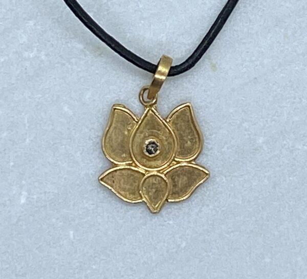 Vedhæng af lotusblomst med diamant i 22 kt guld