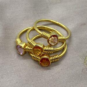 Guldringe 18kt med safirer og guld vindinger