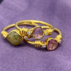 Guldringe med grøn og hvide diamanter sam lyserøde safirer